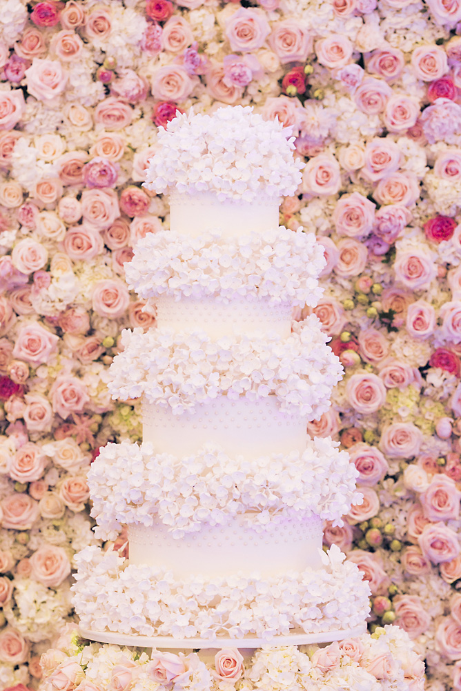 elizabeths-cake-emporium-cake-against-wildabout-flowers-floral-wall-photography-by-krishanthi